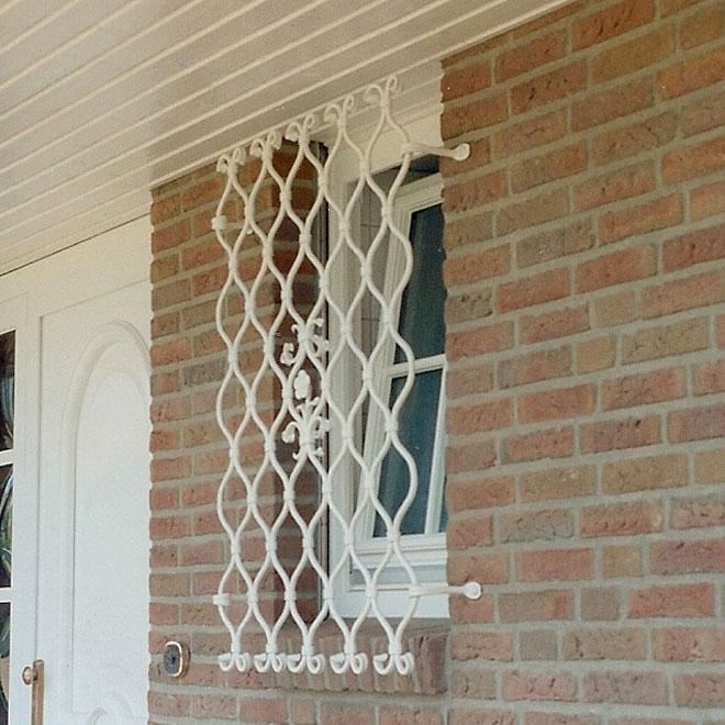 weißes Fenstergitter
